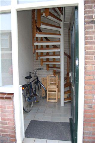 De voordeur en hal (trap voor bovenwoning)
